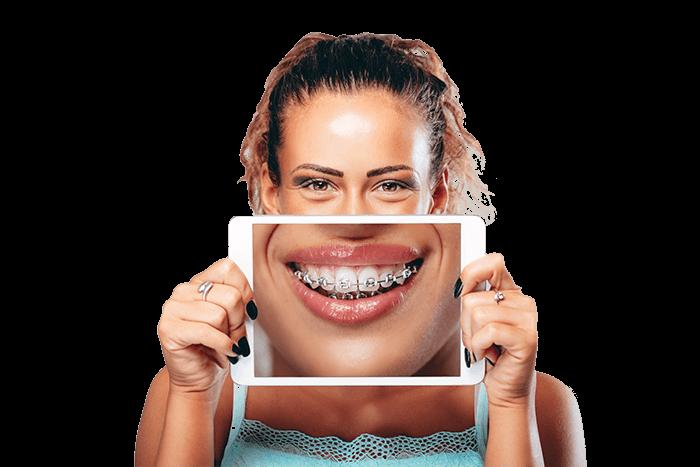 Fata ce tine un ipad in fata dintilor